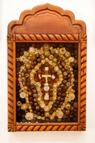 Кипарисовый крест с перламутровой отделкой из Иерусалима, украшенный цветами из Гефсиманского сада